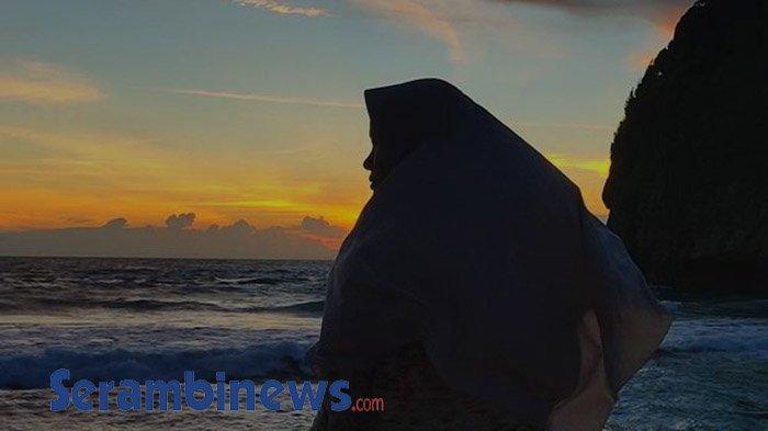 Menunggu Mentari Tenggelam di Pantai Tebing Lampuuk, Pesona Merah Merekah sambut Keheningan Malam