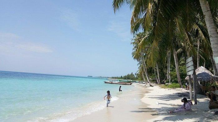 Pasir putih di pantai Pulau Panjang, Kepulauan Banyak, Aceh Singkil