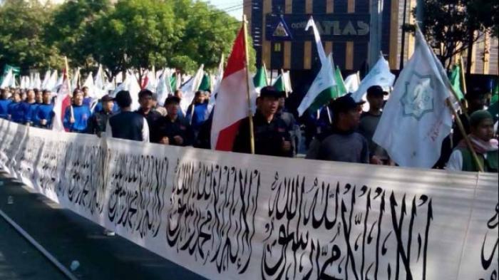 """Bentangkan Bendera """"Laa Ilaha Illallah"""" Terpanjang di Dunia"""