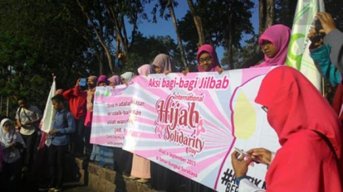 Peringati Hijab Day, Lembaga Dakwah Kampus Bagikan Jilbab Gratis