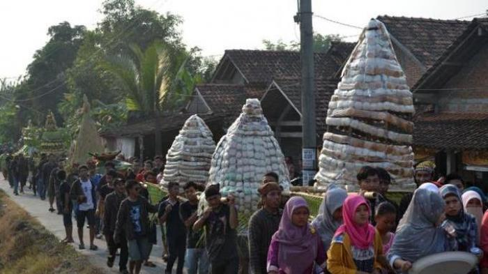 Warga Undaan Kudus Kirab 10.000 Apem untuk Sambut Ramadhan