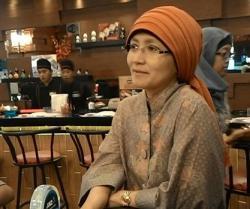 Lihat Ibu-ibu Kerudungan Makan di Tempat yang Tidak Halal