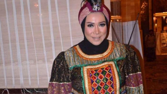 Pakai Hijab, Melly Goeslaw Tak Takut Kehilangan Job