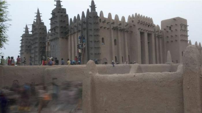 Tradisi Unik Melumuri Masjid Di Kota Djenne, Mali