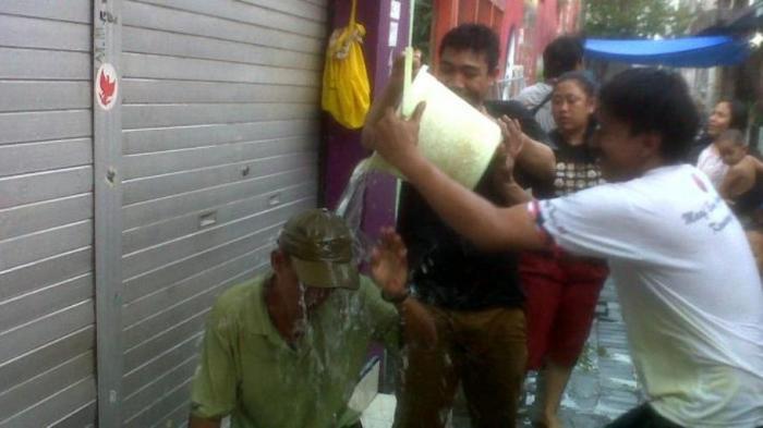 Uniknya Tradisi Lempar Air Sambut Ramadan di Semarang