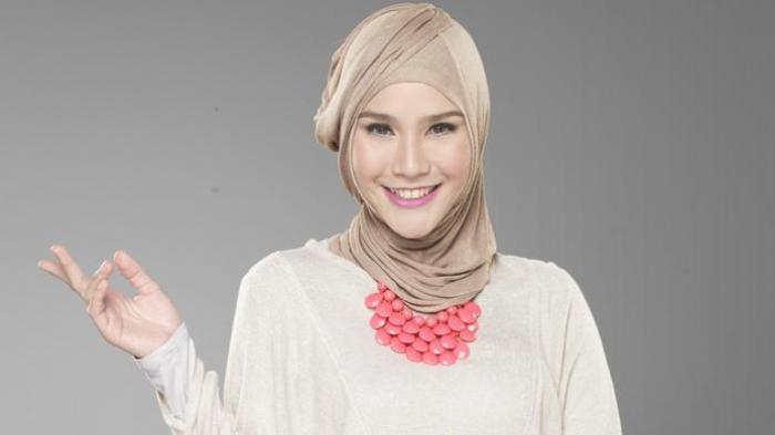 Zaskia Mecca Nyaman dengan Make Up Berlabel Halal