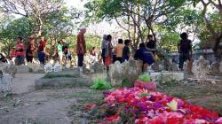 Warga Muslim Bali Pun Nyekar ke Pemakaman