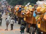 belasan-truk-dipenuhi-harta-benda-warga-muslim.jpg