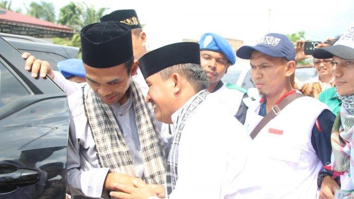 H Affan Alfian Bintang SE menyambut kedatangan Ustaz Abdul Somad alias UAS di kediamannya saat berceramah ke Kota Subulussalam,  Sabtu (9/3/2019)