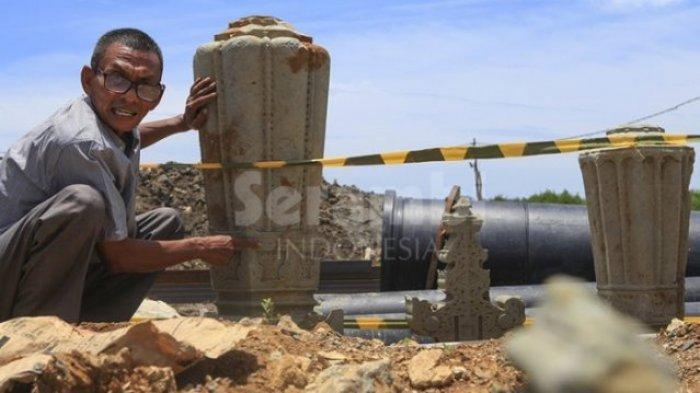 Pemerhati sejarah Aceh, Tarmizi A Hamid, mengamati batu nisan peninggalan kerajaan Islam di kawasan Gampong Pande - Gampong Jawa, Banda Aceh, Selasa (29/8/2017).