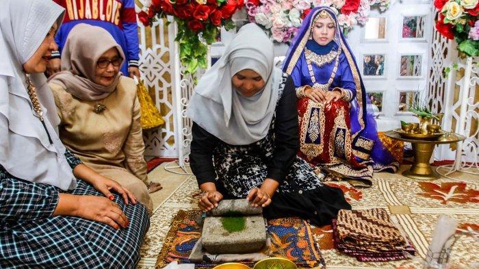Pengantin melakukan tradisi acara boh gaca di Banda Aceh