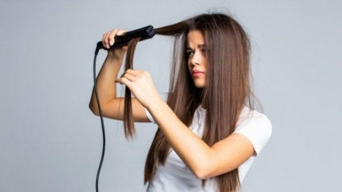 Ilustrasi perempuan yang tengah sibuk mencatok rambut menggunakan cara yang tepat agar hasilnya maksimal.