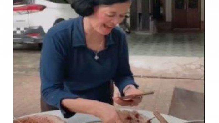 Cerita Dibalik Viral Ibu-ibu Review Makanan, Anak dan Suami Harus Rela Menunggu Sebelum Melahap