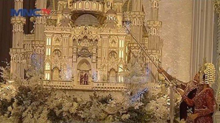 Momen Romantis Aurel dan Atta Potong Kue Setinggi 3 Meter Disorot, Krisdayanti Ungkap Maknanya