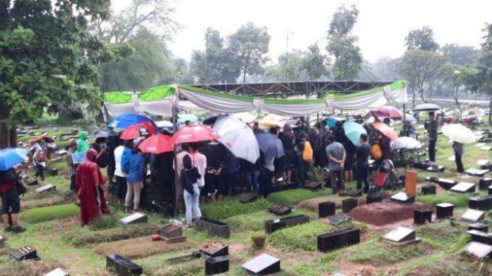 Hujan Lebat Iringi Prosesi Pemakaman Ricky Yacobi, Para Peziarah Tetap Khusuk Panjatkan Doa