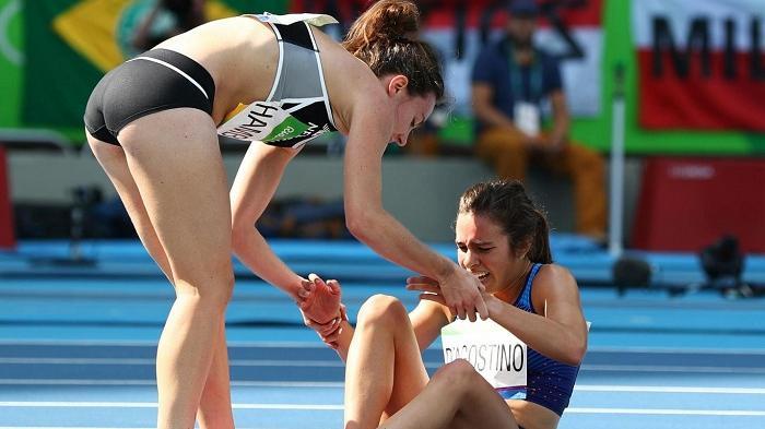 Momen Menyentuh Saat Atlet Lari Ini Justru Membantu Rivalnya yang Terluka untuk Mencapai Garis Finis