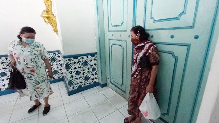Abdi dalam kecele tak bisa membuka pintu di Keraton Kasunanan Surakarta untuk menemui sejumlah kerabat yang diklaim terkurung di Kelurahan Baluwarti, Kecamatan Pasar Kliwon, Kota Solo, Jumat (12/2/2021).