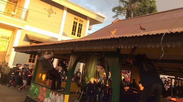 Gelaran Adat Mondosiyo di Tawangmangu Karanganyar, Warga Berebut Ayam Keberkahan