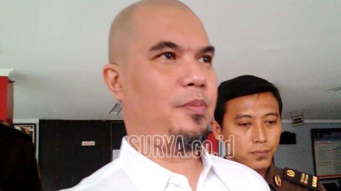 Reaksi Ahmad Dhani saat Disoraki 'Ganteng' oleh Pengunjung di PN Surabaya