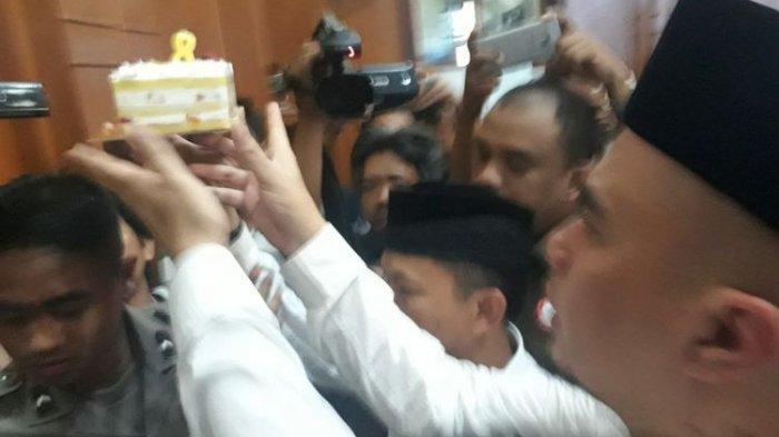 Di Pengadilan Negeri Surabaya, Ahmad Dhani Berkaca-kaca Tiup Lilin untuk Ultah Putrinya