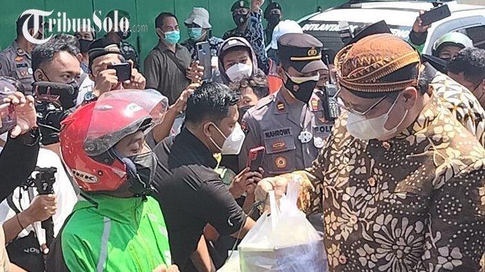 Menko Airlangga Ikut Tradisi Grebeg Apem Yaa Qowiyyu di Klaten: Pakai Blangkon, Libatkan Ojol