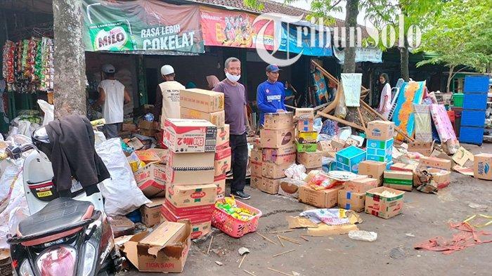 Pedagang menyelamatkan barang-barang usai kebakaran di Pasar Janglot, Kecamatan Tangen, Kabupaten Sragen ludes terbakar, Minggu (26/9/2021).