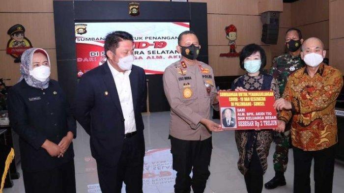Kapolda Sumsel Irjen Pol Eko Indra Heri, bersama Gubernur Sumsel Herman Deru menerima bantuan sebesar Rp 2 triliun dari keluarga pengusaha asal Langsa, Aceh Timur, Almarhum Akidi Tio untuk dana penanganan Covid-19, Senin (26/7/2021).