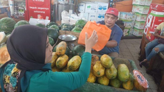 Intip Isi Paket yang Dikirim Gibran untuk Pedagang Pasar Gede Solo saat Akikah La Lembah Manah