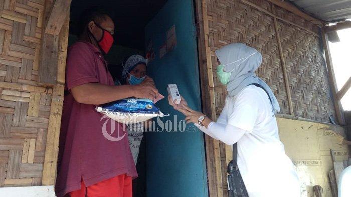 Kenang Almarhum Habib Hasan Mulachela, Putrinya Bagi-bagi Beras dan Uang Rp 100 Ribu ke Warga
