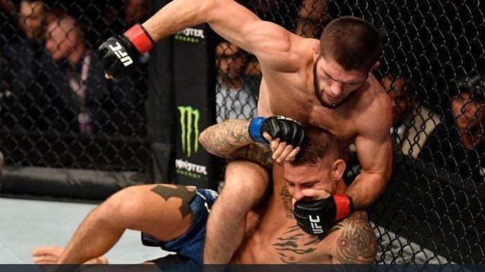 Aksi Khabib Nurmagomedov saat menghadapi Dustin Poirier pada ajang UFC 242 di Du Arena, Abu Dhabi, Uni Emirat Arab, 7 September 2019.