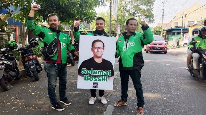 Eks Bos Gojek Nadiem Makarim Didaulat Jadi Mendikbud, Driver Gojek Solo Bawa Poster 'Selamat Bos!'