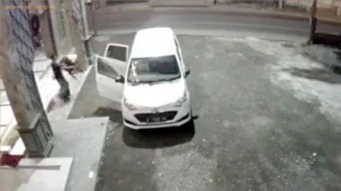 Aksinya Terekam CCTV, Maling Curi Kotak Amal Masjid di Mojokerto dan Kabur Gunakan Mobil