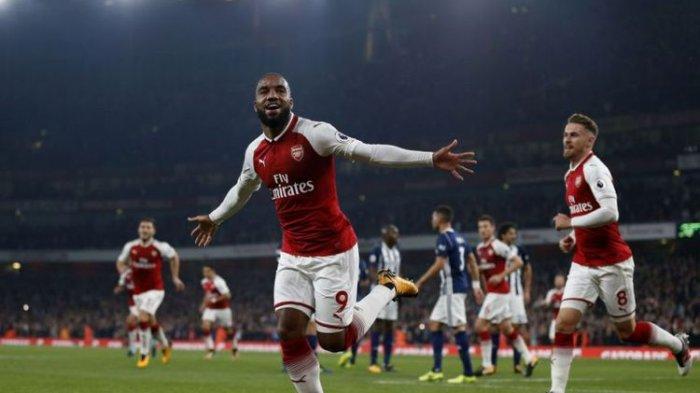 Alexandre Lacazette merayakan gol Arsenal ke gawang West Bronwich Albion pada pertandingan pekan keenam Premier League di Stadion Emirates, Senin (25/9/2017).