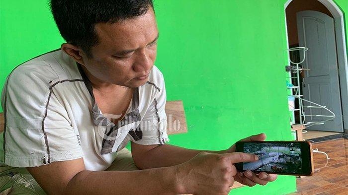 Ali Syahbana menunjukkan rekaman CCTV miliknya saat pria beraksi merampas HP milik anak di Kampung Kalitelu RT 01 RW 02 Desa Ngawen, Kecamatan Ngawen, Kabupaten Klaten, Sabtu (8/5/2021).