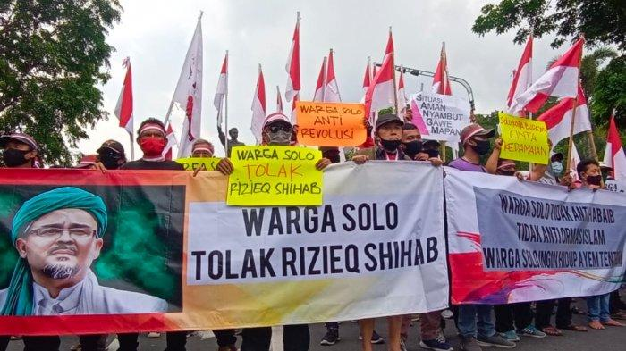 Aliansi warga Kota Solo menggelar aksi penolakan Rizieq Shihab di Bundaran Gladag, Kelurahan Kampung Baru, Kecamatan Pasar Kliwon, Sabtu (21/11/2020).