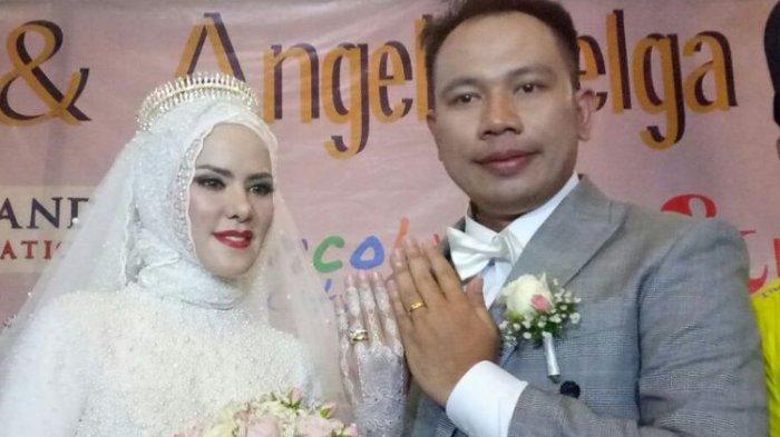Angel Lelga dan suami, Vicky Prasetyo, saat resepsi pernikahan mereka di Ancol Beach City, Jakarta Utara, Sabtu (10/2/2018).