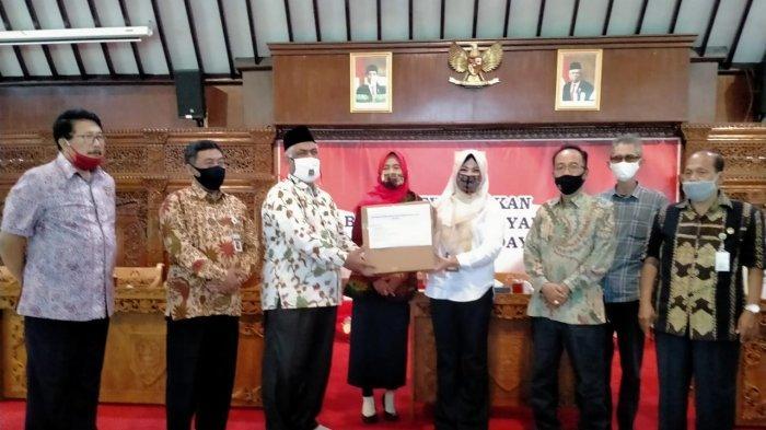 Sejumlah Wakil Rakyat DPRD Jateng Serahkan Bantuan Ribuan Paket APD ke Pemkab Klaten, Ini Rinciannya