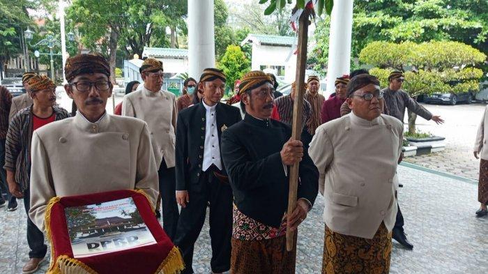 Gunakan Baju Adat Jawa, Anggota DPRD Solo Datangi PN Solo, Teriakkan 'Sriwedari Milik Rakyat'