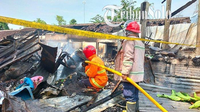 Api kembali muncul di tengah pendinginan usai kebakaran di Pasar Janglot, Kecamatan Tangen, Kabupaten Sragen ludes terbakar, Minggu (26/9/2021).