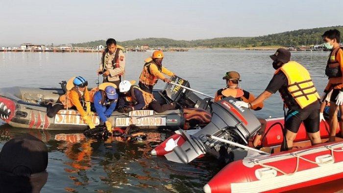 Tim gabungan evakuasi di antaranya Basarnas bersiap mencari korban tenggelam di Waduk Kedung Ombo di Dukuh Bulu, Desa Wonoharjo, Kecamatan Kemusu, Kabupaten Boyolali, Minggu (16/5/2021).