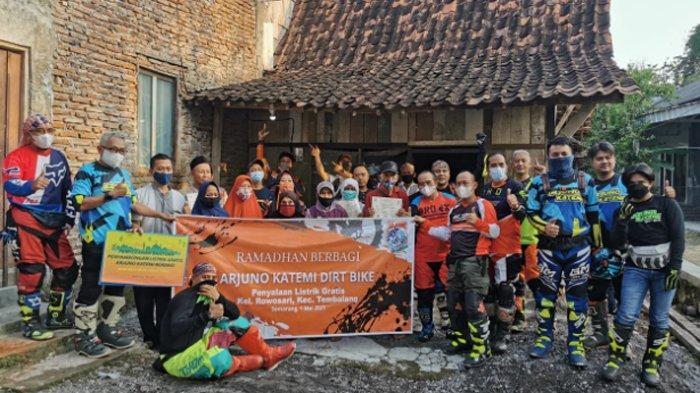 Komunitas motor trail Arjuno Katemi memberikan bantuan sambungan listrik gratis kepada masyarakat kurang mampu di Semarang.