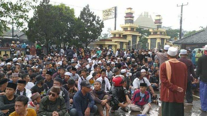 Massa Datangi Mapolres Ciamis, Minta Ditahan Seperti Habib Rizieq 'Kami Menyerahkan Diri'