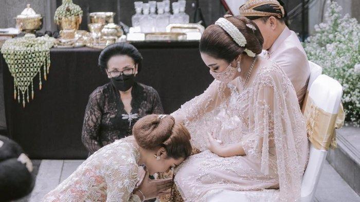 Aurel Hermansyah saat meminta restu kepada Ashanty di acara siraman - Penyanyi Ashanty mengungkapkan perasaannya ketika putri sambungnya, Aurel Hermansyah membasuh dan mencium kakinya di acara siraman.
