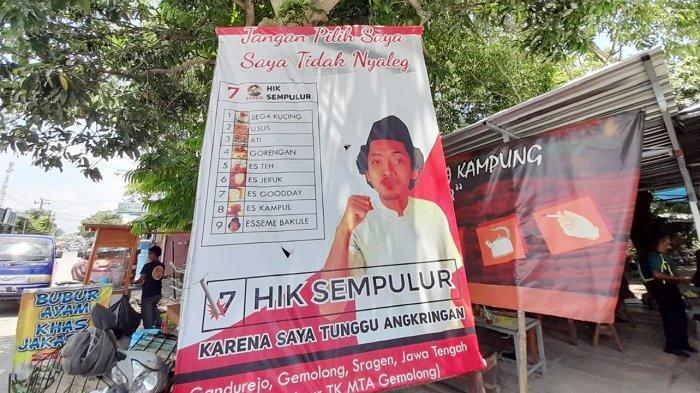 HIK yang viral karena baliho unik bak politisi berlokasi di kawasan Jalan Raya Solo-Purwodadi atau kawasan Pasar Gemolong, Desa Gandurejo, Kecamatan Gemolong, Kabupaten Sragen, Kamis (18/2/2021).