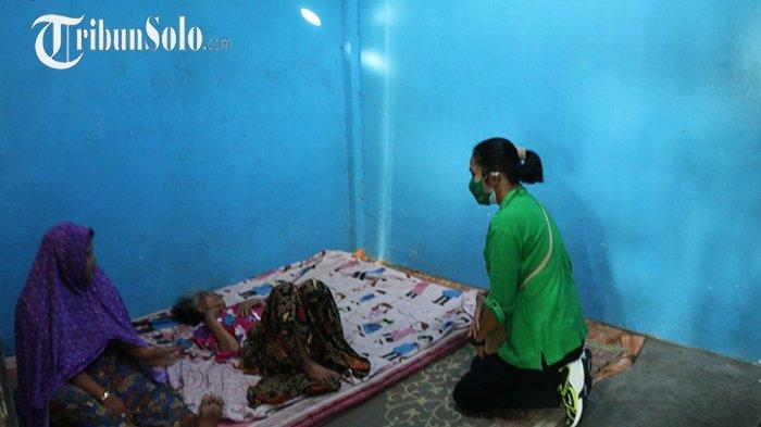 Persit Grup 2 Kopassus Blusukan di Desa Binaan, Bagi Beras Langsung ke Rumah Warga