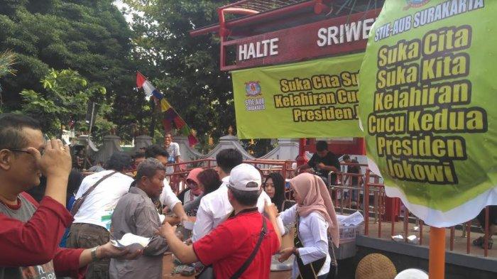 Bersuka Cita atas Kelahiran Cucu Kedua Jokowi, STIE AUB Surakarta Bagi-Bagi Jenang di CFD Solo