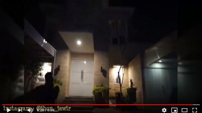 Bagian depan rumah Tengku Firmansyah dan Cindy Fatikasari
