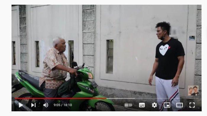 Baim Wong memarahi kakek-kakek yang mengikuti hendak menawarkan dagangannya.