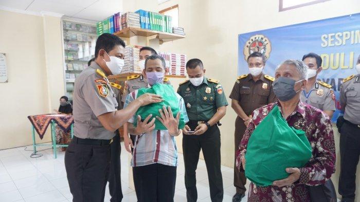 Warga dan Satri di Ponpes Al Quraniy yang Diasuh Guru Ngaji Jokowi Dapat Bantuan Sembako dari Polri