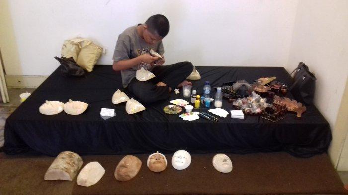 Workshop Pewarnaan Topeng di Balai Soedjatmoko Tarik Minat Mahasiswa